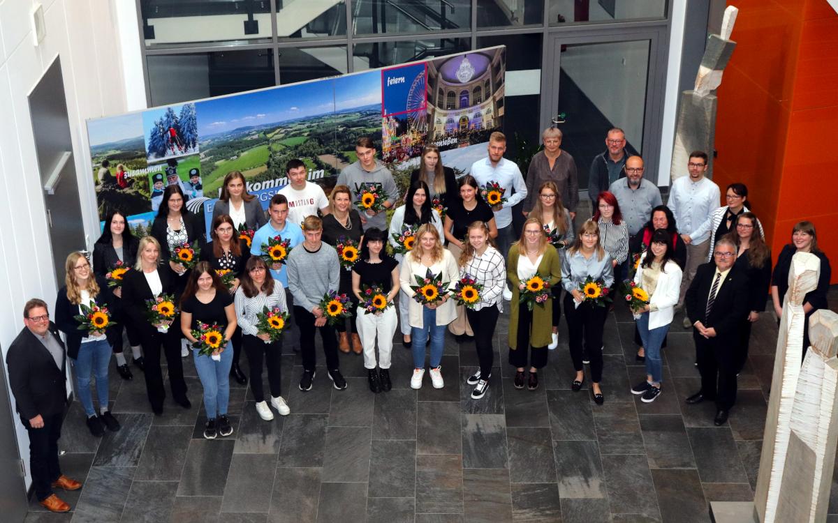 Die neuen Auszubildenden und Studenten im Landratsamt Erzgebirgskreis.