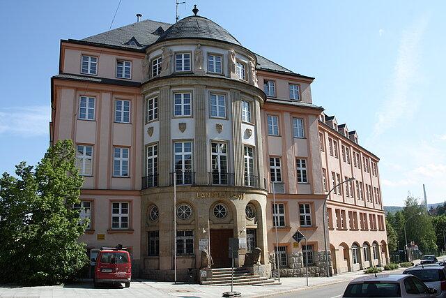 Dienstgebäude des Landratsamtes Erzgebirgskreis in der Wettinerstraße 64 in Aue-Bad Schlema.