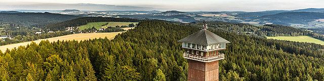 Im Vordergrund der Spiegelwaldturm in Grünhain-Beierfeld mit Blick auf das Erzgebirge.