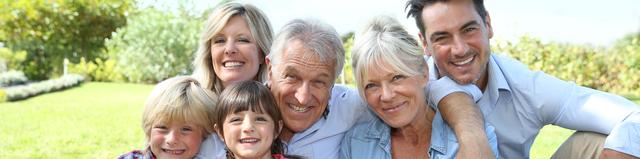 Glückliche 3-Generationen-Familie im Garten der Großeltern