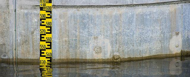 Eine Anzeige für den Wasserpegel an einer Hochwasserschutzanlage